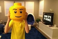 Joven con cabeza de lego