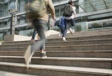 Alumnos corriendo en campus