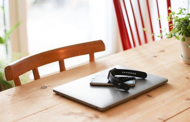 Laptop, smartphone y smartwatch sobre la mesa